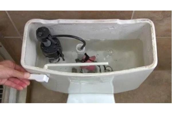 Πως να αλλάξετε το φλοτέρ της τουαλέτας: Οδηγός βήμα-βήμα